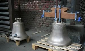 Glocke mit vormontiertem Holzjoch in einer Gießerei
