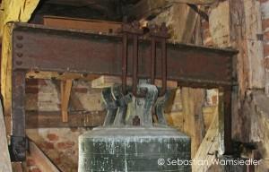 Ev. Kirche in Krien (Vorpommern) - Glocke aus dem 15. Jhd. mit verkröpftem Stahljoch