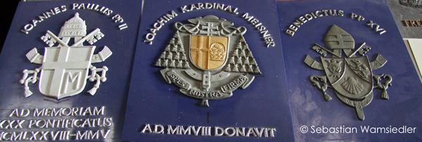 Papst- und Kardinalsmodel in einer Glockengießerei