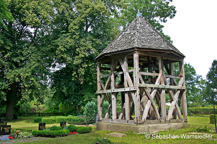 Freistehender Glockenstuhl der Maria Magdalena-Kirche zu Schlatkow (Mecklenburg-Vorpommern)