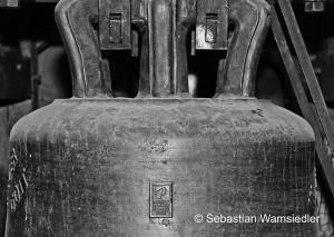 2002 von Rudolf Perner gegossene Glocke mit seinem Gießersiegel.