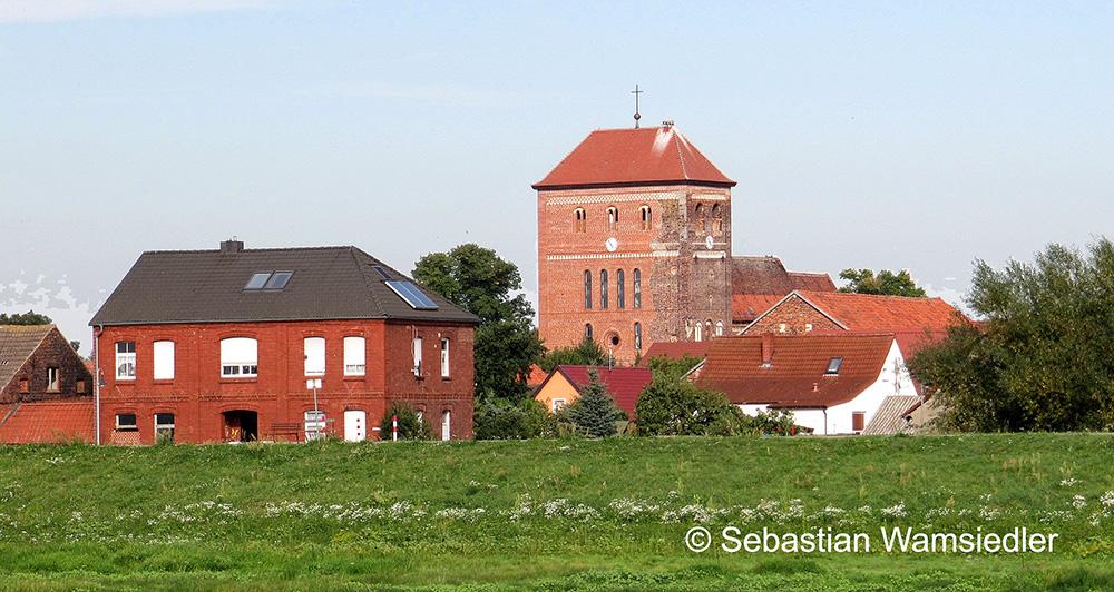 Die Kirche von Sandau hinter dem Elbdeich