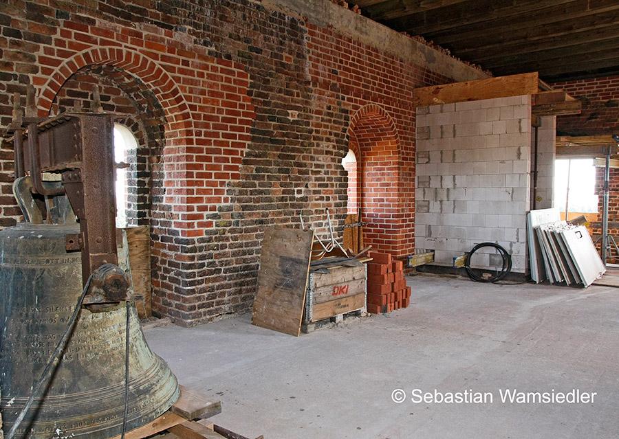 Die Glockenstube von Sandau - links die kleine historische Glocke