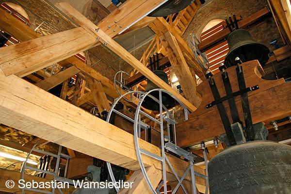 Blick in den neuen Holzglockenstuhl des Domes zu Münster