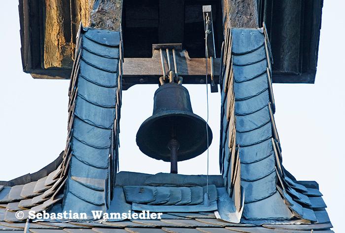 Gesprungene Glocke im offenen Dachreiter