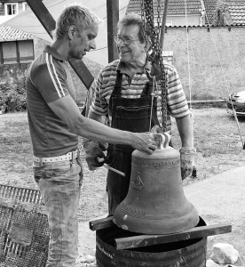 Glockengeburt in Salzwedel. Rolf Klietz (rechts) mit dem Glockengießer Simon Laudy.