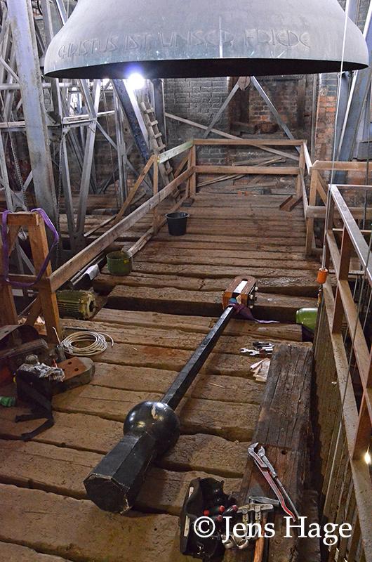 Der neue Klöppel liegt zum Einbau in der Glockenstube bereit.