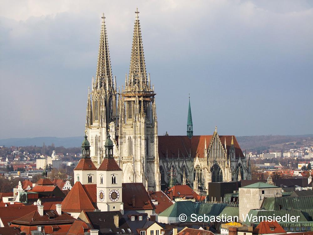 Der Regensburger Dom von St. Emmeram aus gesehen