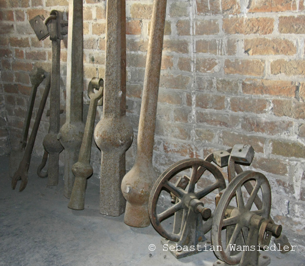 Ausgebaute und verschlissene Klöppel